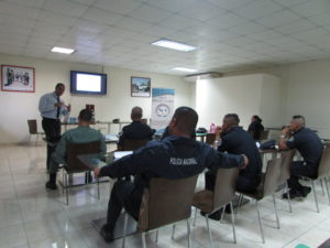 Seminario dirigido a servidores públicos de la Policía Nacional sobre la  mediación y manejo de conflictos