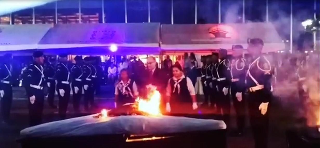 Ceremonia de cremación de banderas en desuso