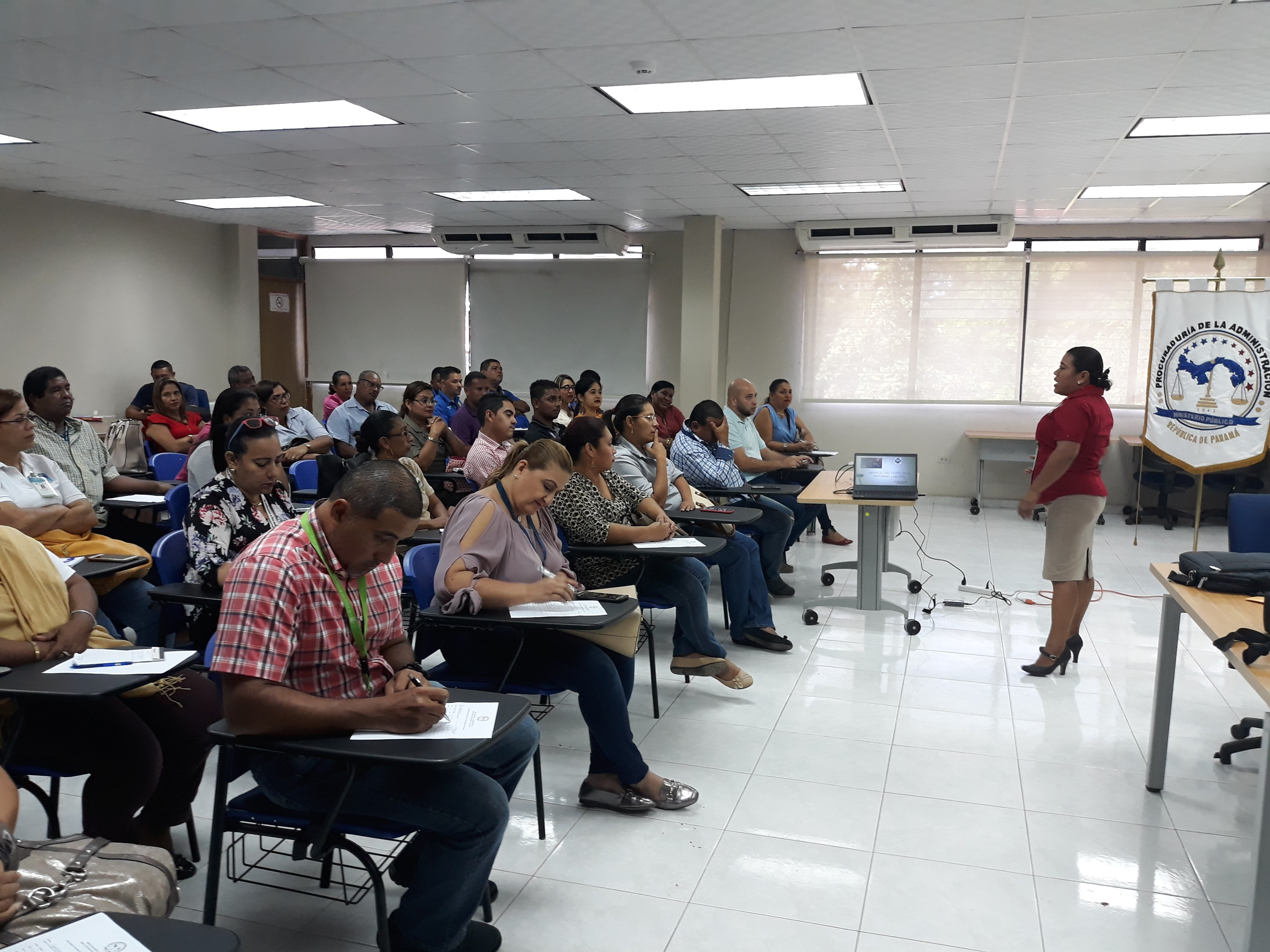 62 servidores públicos reciben capacitación en manejo de estrés laboral