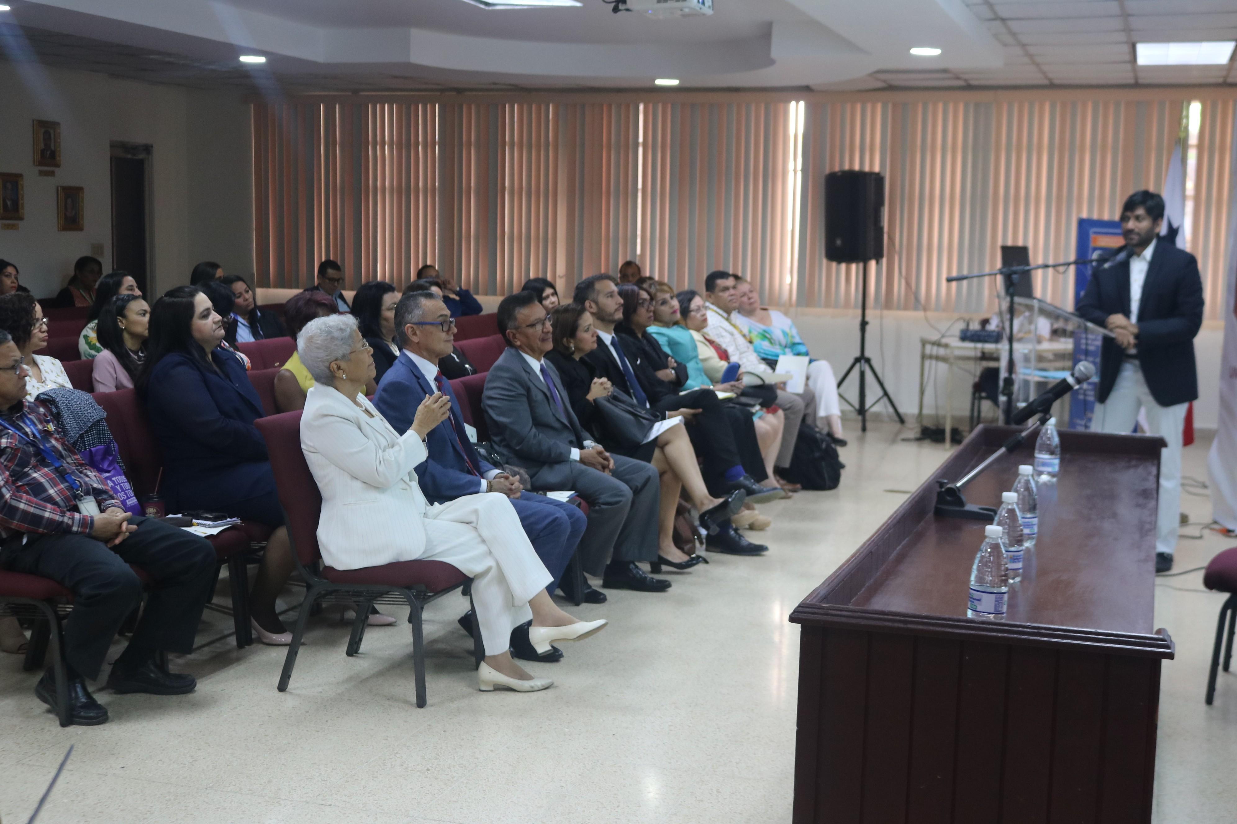 Autoridades de la Procuraduría de la Administración presentes en panel en Universidad de Panamá sobre pacto de transparencia en Panamá